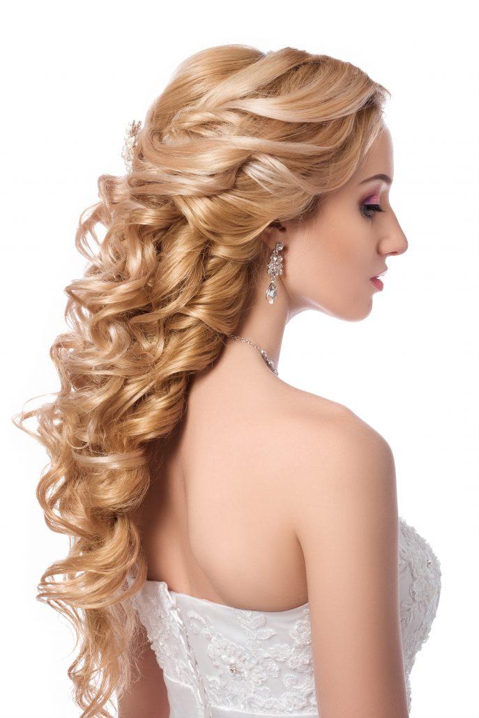 Besonders elegant und edel wirkt diese halboffene Hochsteckfrisur. Diese symmetrische Frisur ist auch bei kürzeren oder feineren Haaren mit Haarteil perfekt umsetzbar und ist ideal für schulterfreie Kleider | Dein Friseur Pur in Erlangen - Hochsteckfrisuren Bild 10