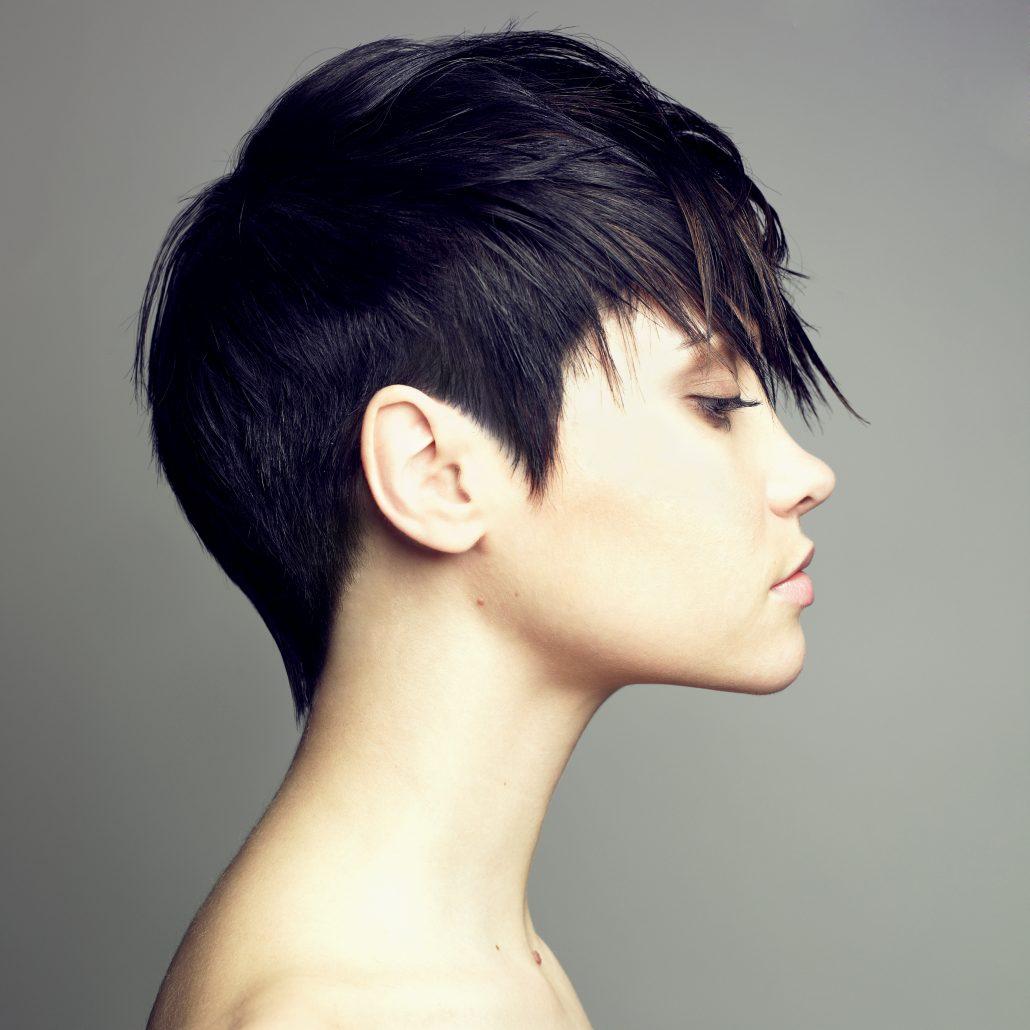 Ein toller Eyecatcher: Bei diesem Short Cut werden die Konturen und die Haare im Nacken kurz gehalten. Dabei bleibt das Deckhaar lang - mit vielen weichen Längenunterschieden. Diese Frisur verleiht auch kurzem Haar den perfekten Glamour und bietet eine Fülle an Variationsmöglichkeiten | Dein Friseur Pur in Erlangen - Kurzhaarfrisuren Bild1