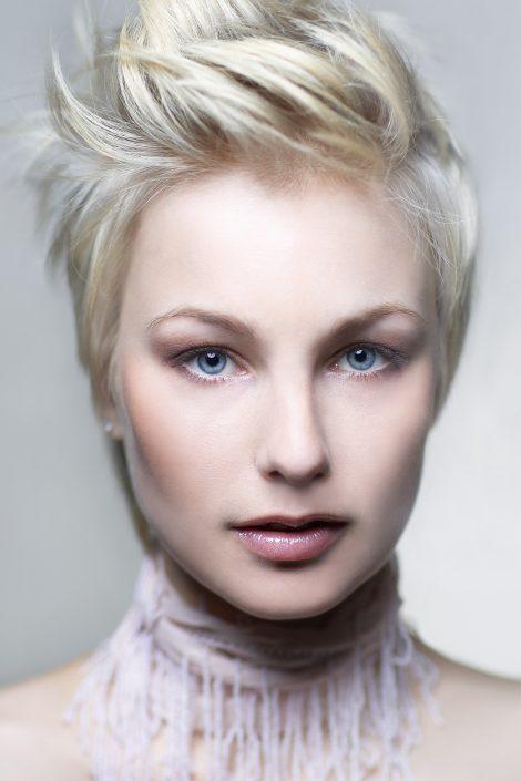 Der richtige Kurzhaarschnitt kann dafür sorgen, dass Frauen perfekt in Szene gesetzt werden und die Gesichtsform optimieren. Diese weiche feminine Kurzhaarfrisur eignet sich perfekt für kleine zierliche Frauen. Sie ist zart und weich und sorgt dadurch für eine feminine Ausstrahlung. Der Kurzhaarschnitt ist außerdem optimal für Frauen, die Veränderungen lieben: denn er lässt verschiedene Stylingmöglichkeiten offen | Dein Friseur Pur in Erlangen - Kurzhaarfrisuren Bild 2